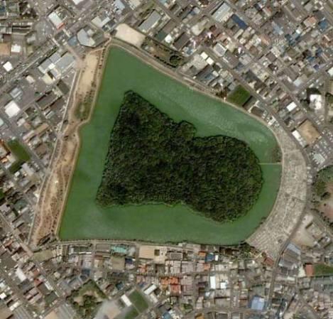 Về phía nam là khu lăng Nisanzai Tumulus, dài 290m, lăng mộ lớn thứ 8 ở Nhật. Tên của nó được lấy từ từ Misasagi , trong tiếng Nhật có nghĩa là lăng hoàng đế.