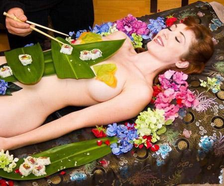 nghề mẫu nude bàn tiệc