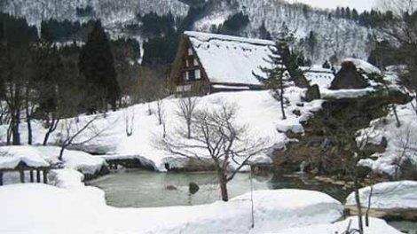 Tuyết bao phủ trắng xóa trên nóc một ngôi nhà gassho-zukuri