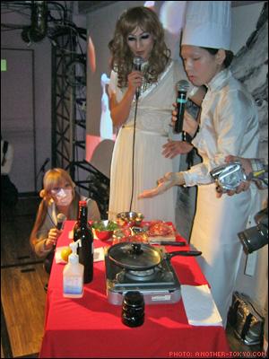 """Sugiyama mặc đồ đầu bếp, tự tay nấu   """"dương vật"""" của mình cho thực khách"""