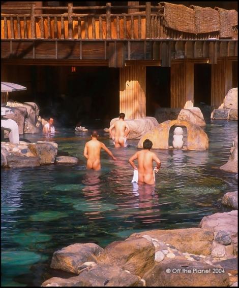 Ở Nhật, việc khỏa thân tắm suối nước nóng là chuyện bình thường (VN mình chưa dám đâu nhờ?)