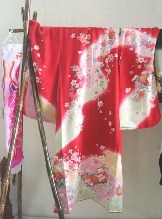 Yotsu mi onna (áo nữ): thường được mặc vào ngày lễ dành cho các em bé gái 3,5,7 tuổi cầu chúc điều tốt lành