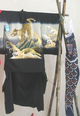 Yotsu mi ottoko (áo nam): thường được mặc vào ngày lễ dành cho các em bé trai 3,5,7 tuổi và cầu chúc điều tốt lành. Bộ Kimono này dành cho bé trai 5 tuổi