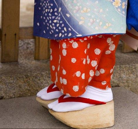 Bí mật về những đôi giày kiểu geisha của Lady Gaga
