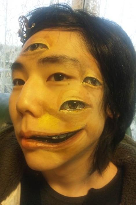 Thiếu nữ Nhật bản có khuân mặt di dạng
