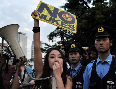 Người Nhật biểu tình trước nhà thủ tướng