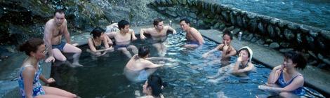 Khách nước ngoài thường ít dám khỏa thân tắm như người bản xứ