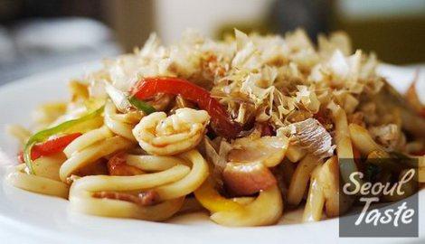 Bày ra đĩa, cho thêm ít tỏi tây hay ngò lên rồi rắc cá bào sợi lên bề mặt.
