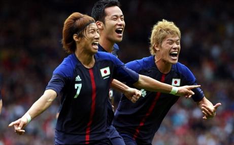Yuki Otsu ăn mừng bàn thắng cùng đồng đội