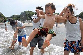 Bãi biển đầu tiên ở Fukushima hoạt động trở lại