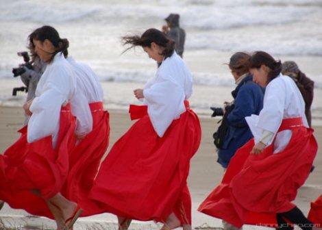 Trinh nữ Miko trong đền thờ Nhật Bản