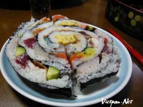 """Thưởng thức món sushi """"khủng"""" nhất thế giới"""