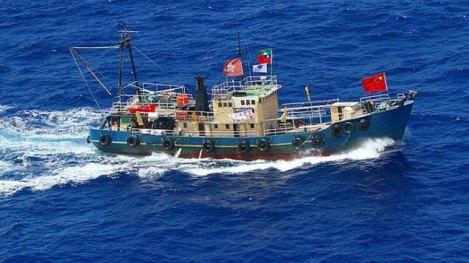 Hình ảnh tàu cá cùng 14 người từ Hong Kong xâm nhập quần đảo tranh chấp.