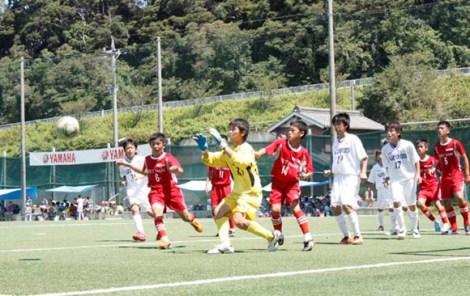Học sinh đá bóng giữa trưa ở Nhật Bản