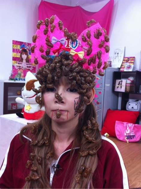 Nữ ca sĩ đội xác ve lên đầu