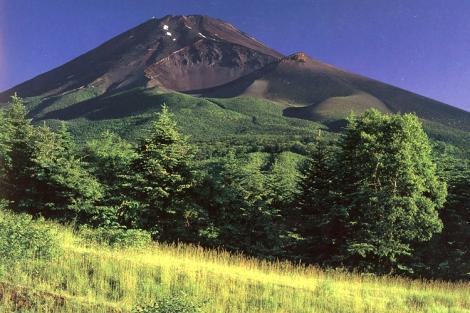 Vào mùa hè, tuyết trên đỉnh Phú Sĩ đã tan hết.