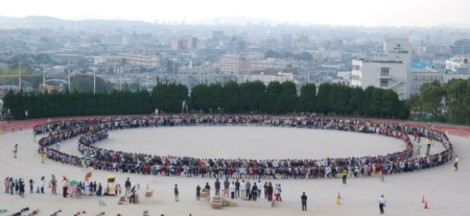 Hơn 1.000 người ngồi lên nhau