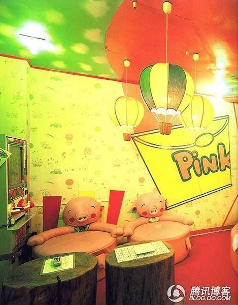 Căn phòng phong cách trẻ trung với những chiếc ghế đệm màu hồng và chú lợn con đáng yêu