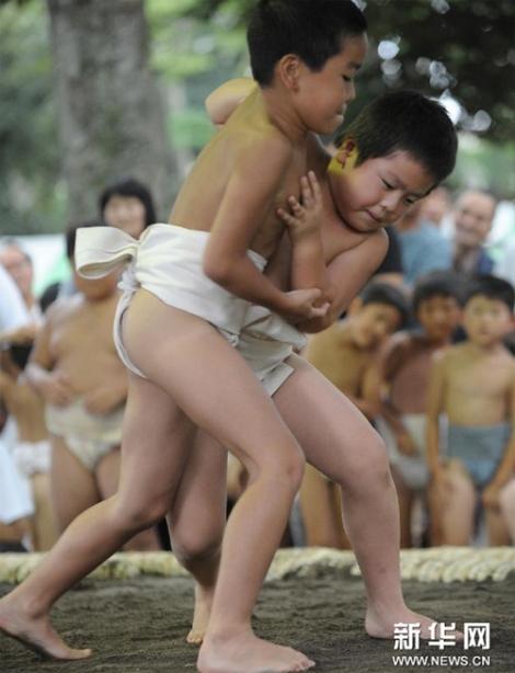 Ngộ nghĩnh các bé Nhật Bản đấu sumo 4