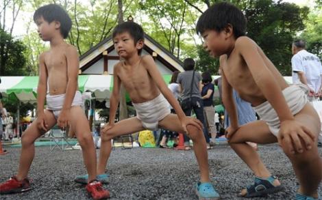 Ngộ nghĩnh các bé Nhật Bản đấu sumo