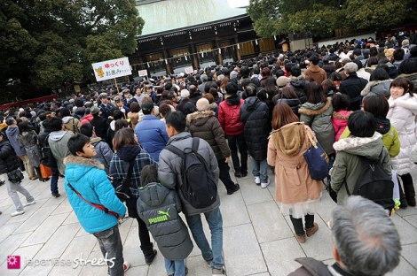 Người Nhật Cầu nguyện cho năm 2013 tại đen Meiji Jingu Tokyo