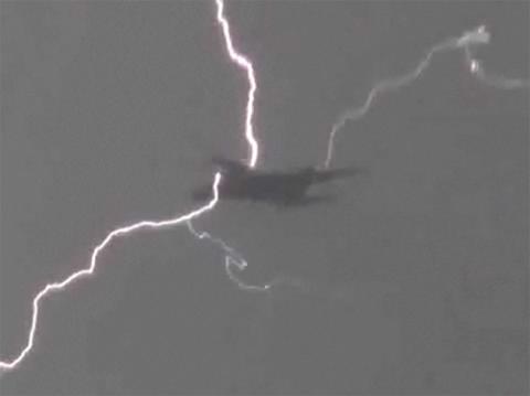 Máy bay chở khách bị sét đánh