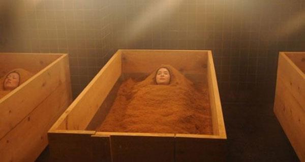 Thiếu nữ vùi mình trong mùn cưa để làm đẹp