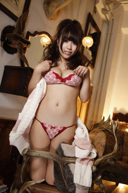 Mai Nishida cô đơn trong phòng