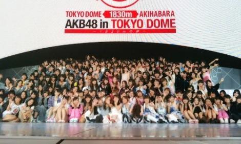 Đại gia đình 48 chụp hình kỷ niệm buổi hòa nhạc đầu tiên tại Tokyo Dome. Tokyo Dome có sức chứa 55.000 người là sân khấu hòa nhạc có sức chứa lớn nhất Nhật Bản và vì thế được biểu diễn ở Tokyo Dome là ước mơ của rất nhiều nghệ sĩ -