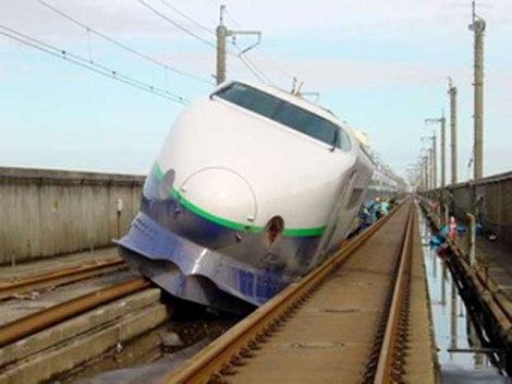 Tàu siêu tốc Shinkansen trật bánh khỏi đường ray
