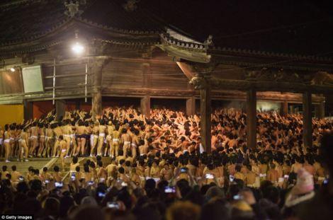 9.000 người đàn ông cởi trần trong lễ hội ở Nhật